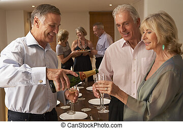 homem, servindo, champanhe, para, seu, convidados, em, um,...