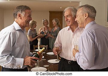 homem, servindo, champanhe, para, seu, convidados, em, um, partido jantar