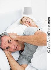 homem, seu, bloqueando, esposa, barulho, roncar, irritada,...