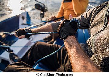 homem, seu, boat., rope., cima, mão, jetty., mouros, motor, ...
