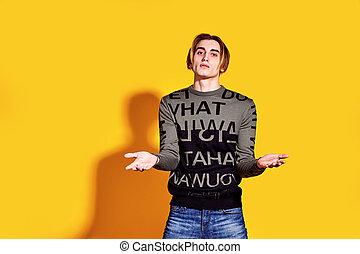 homem, sobre, amarela, parede