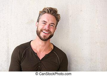 homem sorridente, bonito, barba