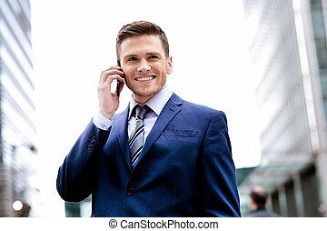 homem sorridente, em, paleto, falar telefone pilha