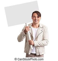 homem sorridente, mostrando, em branco, painél publicitário