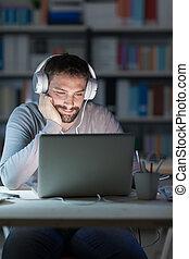 homem sorridente, networking, tarde, à noite