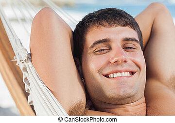 homem sorridente, relaxante, em, rede