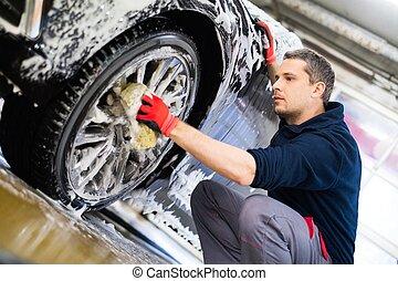 homem, trabalhador, lavando, car's, liga, rodas, ligado, um, lavagem carro