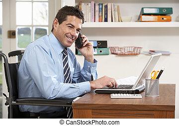 homem, trabalhando casa, usando computador portátil, telefone