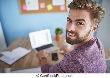 homem, trabalhando, em, escritório lar