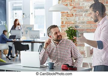 homem, trabalhando, em, industrial, escritório