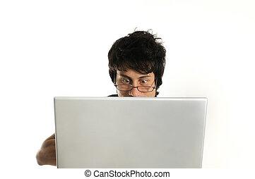 homem, usando computador portátil
