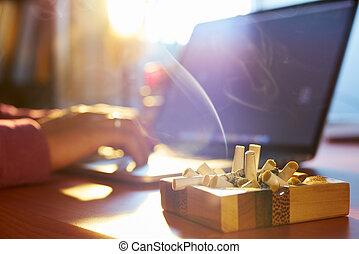 homem, usando computador portátil, e, cigarro fumando, em, a, manhã