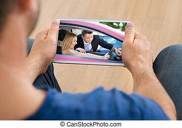 homem, vídeo assistindo, ligado, cellphone