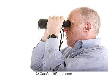 homem velho, em, camisa azul, olhar através binóculos