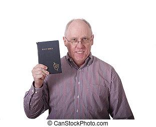 homem velho, em, camisa listrada, segurando, antigas, espancado, bíblia