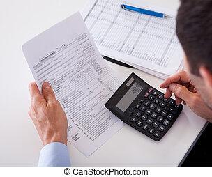 homem, verificar, um, fatura, ligado, um, calculadora