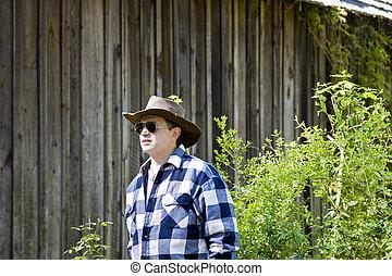 homem xadrez, camisa, e, chapéu, por, antigas, celeiro