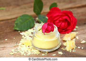 Made from beeswax, sheabutter, olive and coconut oil mixed together, decorated with rose