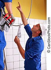 homens, elétrico, inspeccionando, instalações