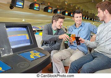 homens, havng, bebida, três, ruela, jovem, boliche