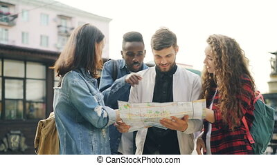 homens jovens, e, mulheres, com, mochilas, é, olhar, mapa,...