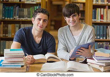 homens jovens, olhar, de, estudar