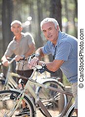 homens, ligado, bicicletas, em, um, floresta