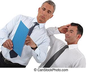 homens negócios, olhar, documento