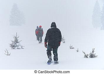 homens, vai, através, blizzard, ligado, snowshoes