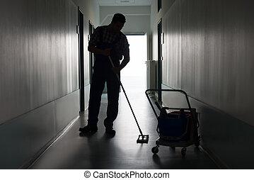 homme, à, balai, nettoyage, bureau, couloir