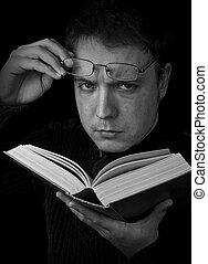 homme, à, glassess, livre lecture