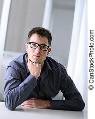 homme, à, lunettes, dans, bureau