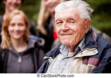 homme âgé, dehors