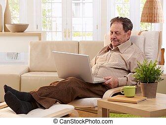 homme âgé, portable utilisation, informatique