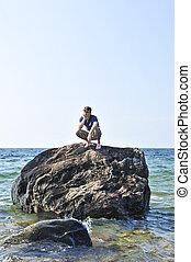 homme, échoué, sur, a, rocher, dans, océan
