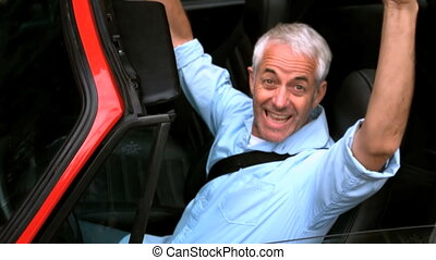 homme, élévation, haut, sien, mains, dans voiture