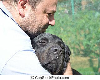 homme, étreindre, chien noir