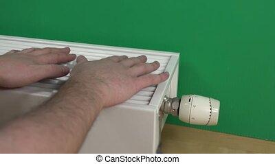 homme, 4k, mains, grand plan, radiator., chauffage, sur