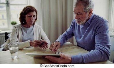 homme aîné, à, tablette, expliquer, sien, épouse, dans,...