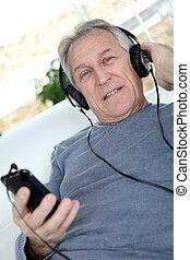 homme aîné, écouter musique, à, écouteurs