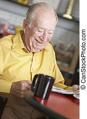 homme aîné, boire, boisson chaude