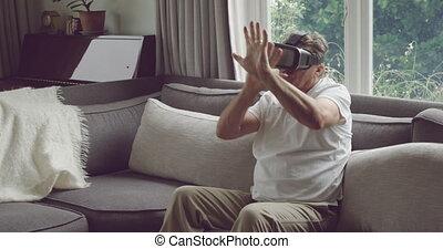 homme aîné, casque à écouteurs, vr