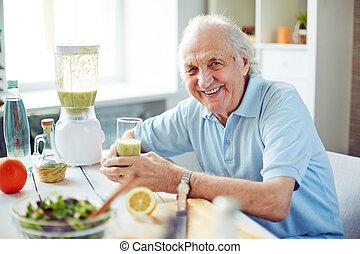 homme aîné, cuisine