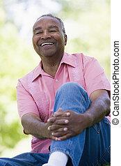 homme aîné, délassant, dans parc