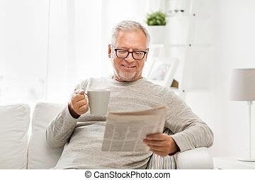 homme aîné, dans, lunettes, journal lecture, chez soi