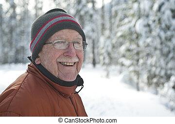 homme aîné, dans, neigeux, scène hiver
