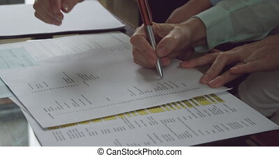 homme aîné, documents, signer