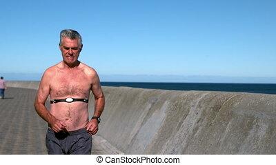 homme aîné, jogging, sans chemise