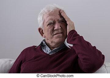 homme aîné, mal tête