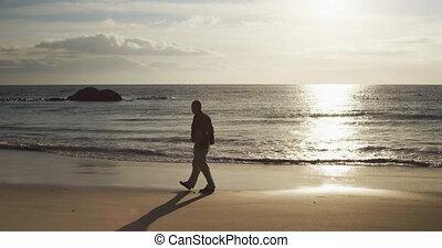 homme aîné, marche, plage